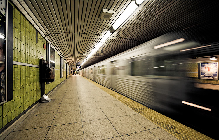 dundas_subway_station_wide_train_01